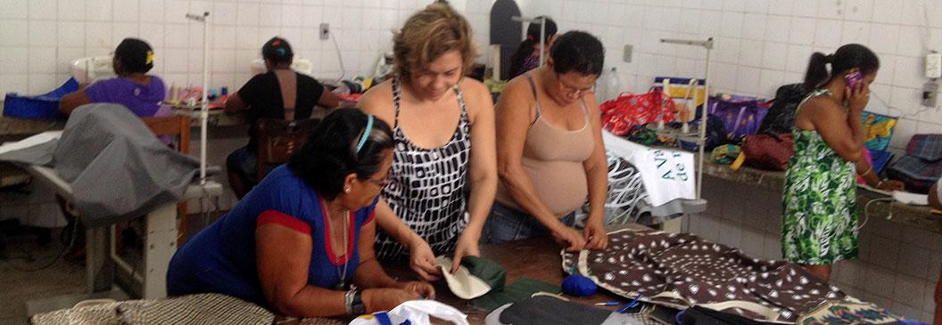 Mulheres que atuam em cooperativas de coleta de materiais recicláveis aprendem a confeccionar bolsas
